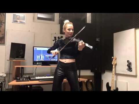 Красиво играет на скрипке
