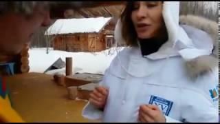 Елена Подкаминская пытается разгадать головоломку
