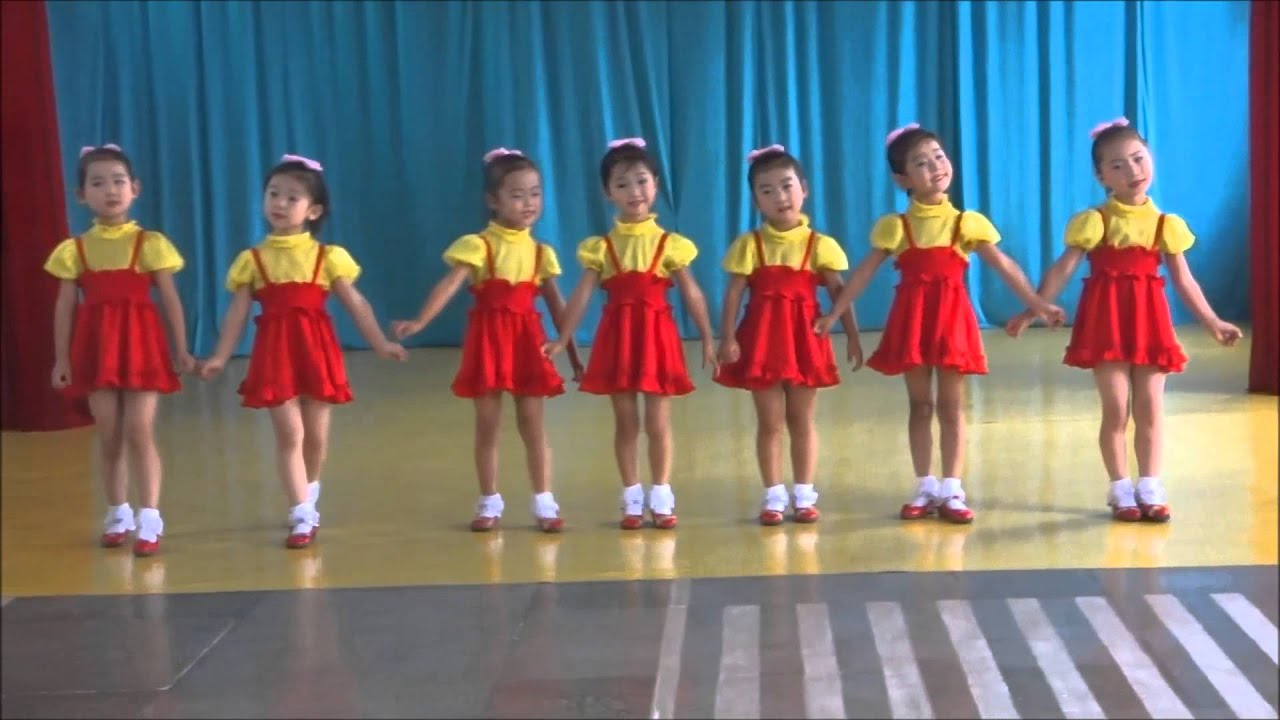 North Korea: Little Girls Singing in Chongjin City 北朝鮮:清津市幼稚園児の歌 - YouTube