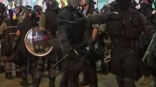 香港防暴警察与抗议者对峙
