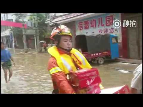 Firefighters Help Flood Victims in Hunan