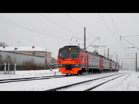Электропоезд ЭД9М-0028 с пригородным поездом Ижевск - Красноуфимск