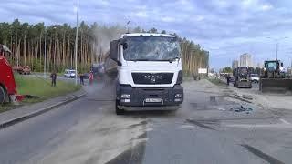 Рабочие на огромном эвакуаторе увезли перевернувшийся грузовик с песком