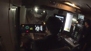青函トンネル内で新幹線とすれ違うJR貨物の車両の運転席