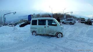 Как хайджет едет по снегу, поперек колеи.