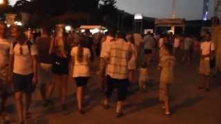 Вечер на набережной Алушты (отдых в Крыму 2013)(Вечером набережная Алушты превращается в сцену для разнообразных выступлений. Здесь взлетают горящие..., 2013-07-15T14:40:14.000Z)