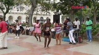 Alcohol y circo ahogan la esquina caliente del Parque Central en La Habana, Cuba