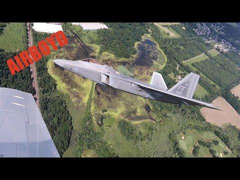 Полёт F-22 Raptor сняли с «Мустанга»: видео