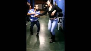 Парень круто танцует с высокой девушкой