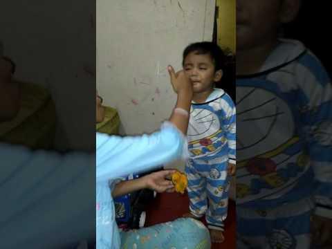 Lucunya merem merem melek makan mangga..