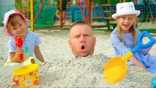 НастяПлей играет с папой и мамой на пляже веселые истории