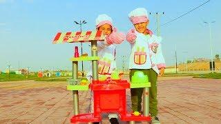 الطباخين زياد والياس يطبخون بالشارع