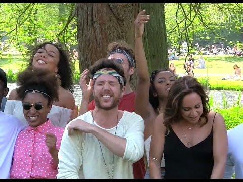 HAIR DE MUSICAL - Blote jongens (en meisjes) in het park