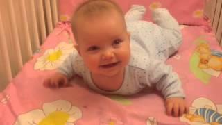Учимся ползать! Укрепляем мышцы спины. Упражнение перед тем как научить ребенка ползать(И смеёмся и возмущаемся от попыток поползти. Жалуемся папе! Стасе 5 месяцев и ей уже не интересно просто..., 2016-04-12T10:23:14.000Z)