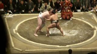 20110109 大相撲初場所 初日 把瑠都vs豊ノ島 前のおっさんが邪魔だが...