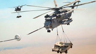 طيارو طائرات هليكوبتر أمريكيون ماهرون يحملون عربتي همفي أثناء التزود بالوقود
