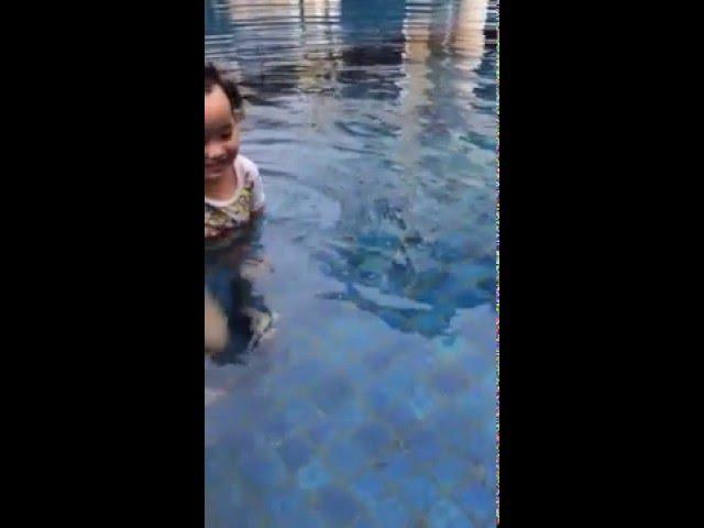 queen yg bawel pipis di  kolam renang wkkwkw