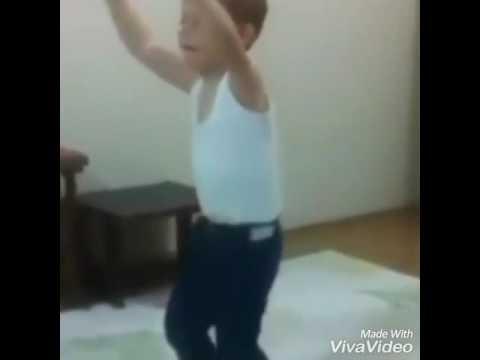 طفل يرقص بطريقة غريبة thumbnail