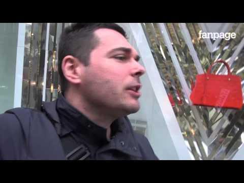 Coppie Gay Che Si Amano (mentre Manifestano Le Sentinelle In Piedi)