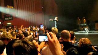 adele stop the show after someone fainted in the crowd london 20 9 11