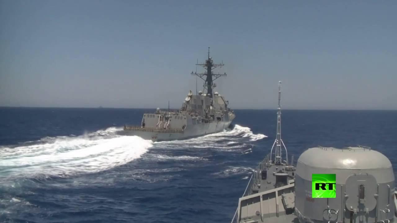 لحظة اقتراب مدمرة غريفلي-17 الأمريكية من سفينة روسية بالبحر الأبيض المتوسط