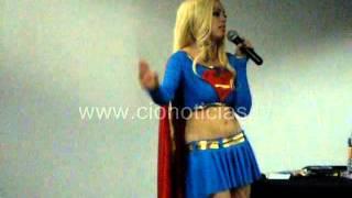 Nadya Sonika es una sexy Supergirl