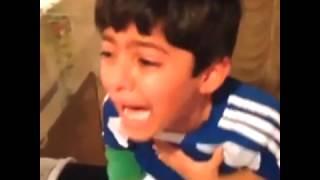 طفل هلالي يبكي بحرقة وأمه تصوره