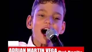 Niño especial cantando Que Bonito