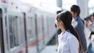 【涙腺崩壊】内定をくれた人事部長を電車で見つけた女子大生。電車内での人事部長の態度に、内定取消覚悟の行動をとった女子大生に心打たれる thumbnail