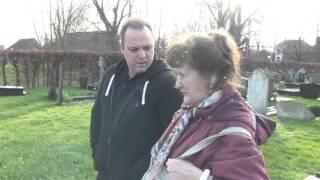 Frans Bauer bezoekt het graf van zijn vader