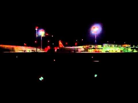 Airbus estacionando de noche en Alvedro (LECO) HD