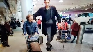 Sultan Kösen who holds the Guinness World Record for tallest living male at 251 centimetres at lax