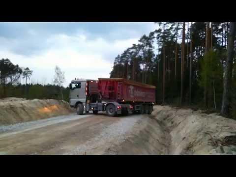 Mistrzowskie zawracanie ciężarówką na drodze