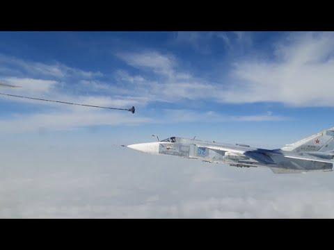 Экипажи фронтовых бомбардировщиков Су-24М отработали дозаправку в воздухе