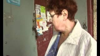 Доводчик на двери в подъезд(Жители дома по Молодогвардейцев, 17-а жалуются на сквозняки в подъезде., 2012-06-04T07:34:09.000Z)