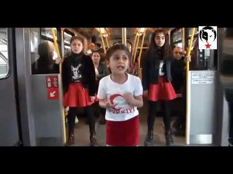 Minikler metroda marş söyledi, yolcular sarılıp öptü