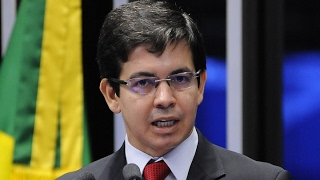 Temer não tem condição moral nem política de continuar na presidência, diz Randolfe Rodrigues