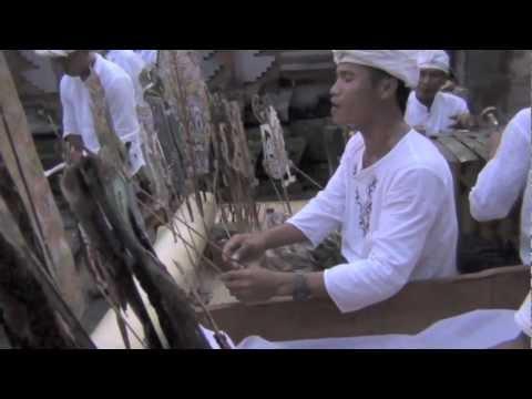Bali: Wayang Kulit (Wayang Lemah) Dalang Kadek Mujasa in Pura Kacang Bubuan by Hans & Fifi