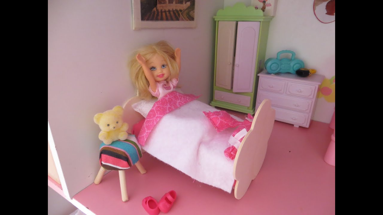 c mo hacer una cama y almohada para mu ecas how to make a doll bed and pillow youtube. Black Bedroom Furniture Sets. Home Design Ideas