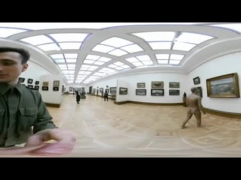 Se paseó muy suelto de ropas por un museo de Rusia