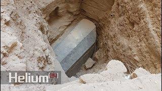 """Arqueólogos acaban de desenterrar un antiguo """"sarcófago"""" de granito gigante en Alejandría, Egipto"""