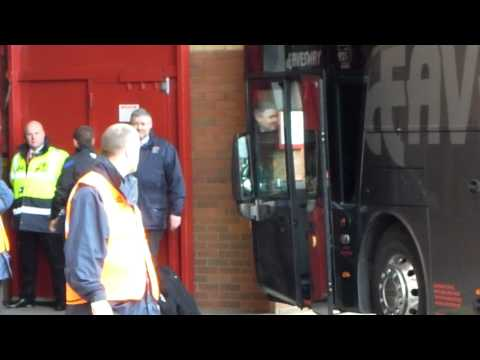 Manchester United getting off the bus at Old Trafford in Nov.5.2011 [HD]