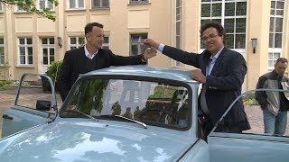 Tom Hanks fährt mit Trabi durch Eisenhüttenstadt