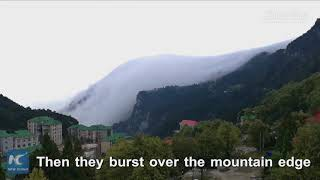 Spectacular! Cloud waterfall crests Mt. Lu in east China