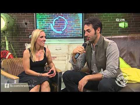 Ari Hest im Talk mit Emily Whigham bei NRW Live