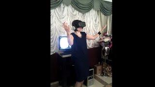 Мама невесты/жены в шоке от виртуальной реальности