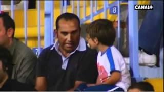 un nio va por primera vez al estadio de ftbol con su padre