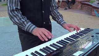 Парень красиво играет на синтезаторе!