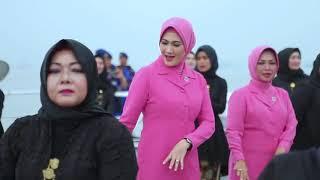 Bhayangkari Jawa Timur menyanyikan lagu daerah Madura berjudul Tanduk Majeng