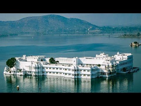 লেকের মধ্যে  ইন্ডিয়ার এক ঐতিহ্যবাহী প্যালেস হোটেল । Taj Lake Palace Udaipur India